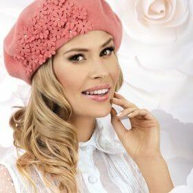 Caciula de dama tip bereta Abito are un farmec aparte ce se datoreaza accesorizarii cu mici flori stilizate. Fiecare floare are aplicat in mijloc cate un stras ce irizeaza discret in razele de lumina