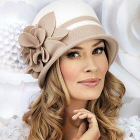Caciula de dama stil palarie Alison se remarca prin eleganta si rafinament. Decorul lateral spectaculos sub forma unei flori bogate cu petale mari va capta atentia tuturor, neputand trece neobservata