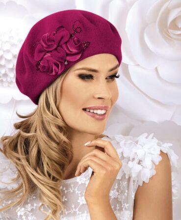 Caciula de dama tip bereta Ampara are un farmec aparte ce se datoreaza decorului lateral cu trandafiri stilizati din catifea si petale din tricot. Aplicatia florala este completata cu strasuri ce amplifica nota eleganta