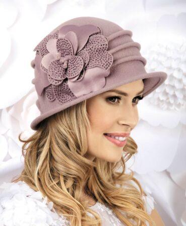 Caciula de dama stil palarie Araceli este un model ce nu poate trece neobservat. Decorul bogat, sub forma unei flori mari cu petale din tricot acoperit cu strasuri si satin, capteaza atentia de la prima privire