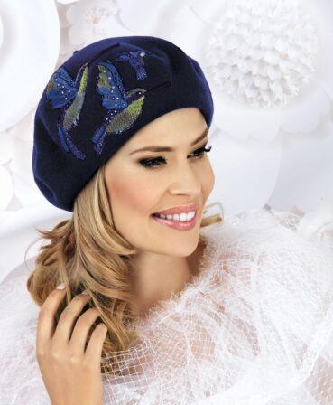 Caciula de dama stil bereta Canila are un aer romantic, parizian, potivindu-se unei game largi de stiluri vestimentare.Aceasta bereta se bucura de o accesorizare deosebita ce nu va trece neobservata: broderie bogata sub forma unor pasari colibri cu aplicatii de strasuri