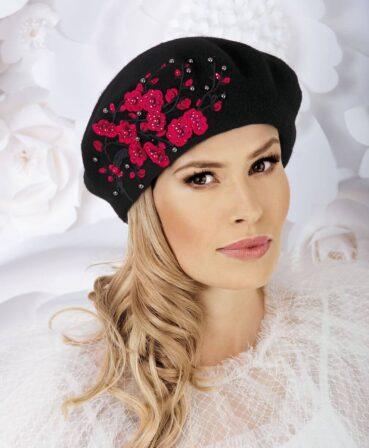 Caciula de dama stil bereta Dagna imbina cu succes croiala clasica cu detaliile elegante. Decorul principal este reprezentat de broderia florala sofisticata realizata intr-o nuanta contrastanta careia i s-au aplicat strasuri si perlute