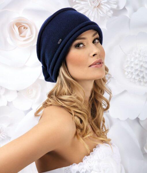 Caciula de dama eleganta Glen este un accesoriu extrem de versatil si de practic in sezonul rece. Are croiala clasica si este discret accesorizata cu pliuri orizontale si o funda aplicata la spate