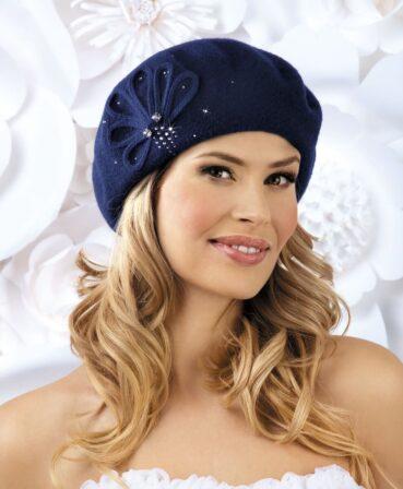 Caciula de dama tip bereta Isana are o croiala simpla, clasica, si atrage prin ornamentul chic cu strasuri ce irizeaza discret si doua cristale mici