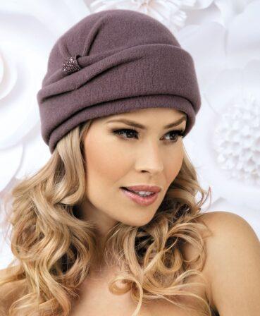 Caciula de dama Jula are o croiala clasica, ce ia forma capului, si bordura lata realizata din strat dublu de tricotaj. In lateral, deasupra bordurii, este aplicat un decor discret cu strasuri.