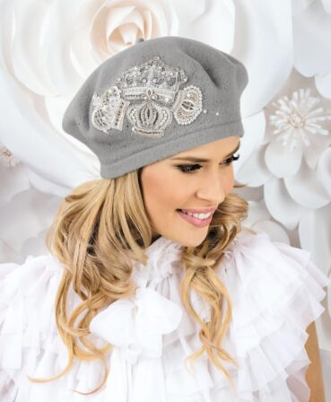 Caciula de dama tip bereta Kordula este un accesoriu ce va atrage cu siguranta atentia in sezonul rece. Se remarca prin broderia impresionanta cu fir lame si aplicatiile de perlute si strasuri ce ii confera un plus de farmec si feminitate