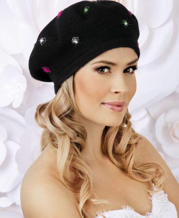 Caciula de dama tip bereta Macaria are un aer romantic, chic, potivindu-se unei game largi de stiluri vestimentare.Acest model se bucura de o accesorizare deosebita ce nu va trece neobservata: aplicatii de pietre si strasuri multicolore ce irizeaza in razele de lumina