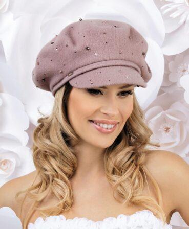 Caciula de dama tip bereta cu cozoroc Mezo are o croiala clasica si atrage prin accesorizarea bogata cu mici perlute si strasuri
