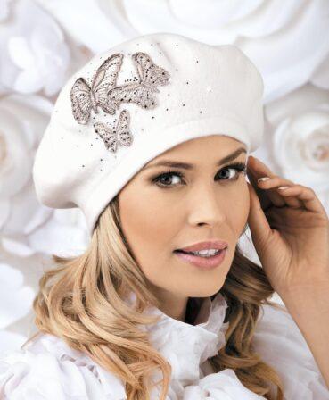 Caciula de dama tip bereta Monia imbina cu succes croiala clasica, consacrata de moda frantuzeasca, cu detaliile chic. Decorul principal este reprezentat de cei trei fluturi brodati ce au pe aripioare si de jur imprejur aplicatii de strasuri