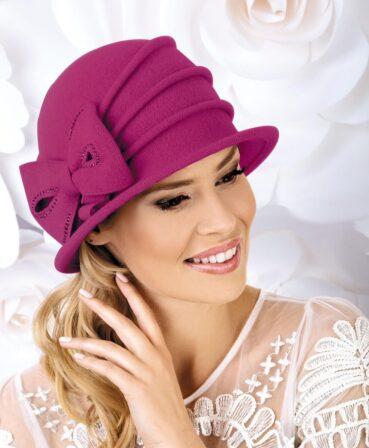 Caciula de dama stil palarie Perlita este pe cat de practica pe atat de eleganta. Atrage atentia prin decorul lateral sub forma unei funde cochete cu aplicatii discrete de strasuri