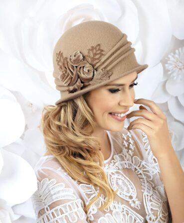 Caciula de dama stil palarie Samaris este pe cat de practica pe atat de eleganta. Atrage atentia prin decorul floral aplicat in lateral sub forma unui buchet de trandafiri stilizati din catifea