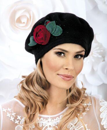 Caciula de dama tip bereta Sarita are un farmec aparte ce se datoreaza accesorizarii in lateral cu un trandafir din catifea si petale din tricot. Aplicatia florala este completata cu strasuri bicolore ce amplifica nota eleganta