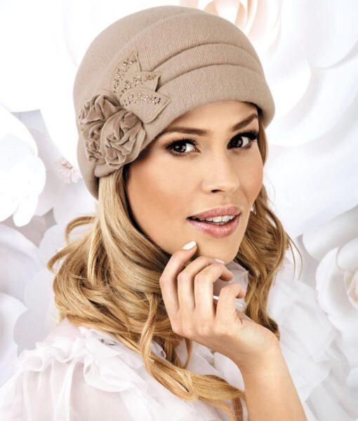 Caciula de dama eleganta Zena este un accesoriu deosebit ce scoate din anonimat orice tinuta a sezonului rece. Se remarca prin ormanentul impresionant aplicat in lateral sub forma unei flori stilizate cu catifea si strasuri