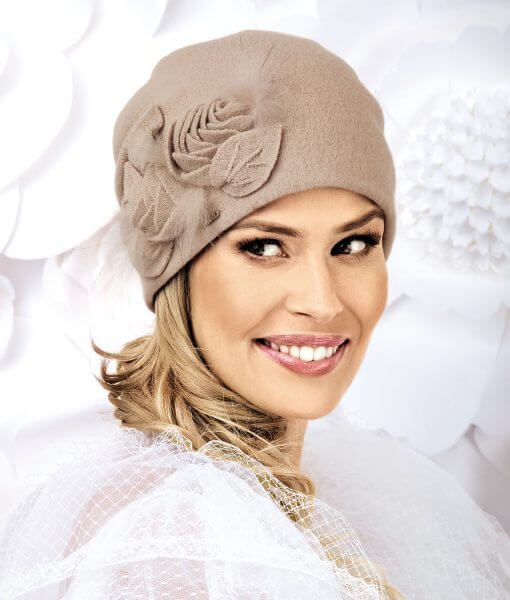 Caciula de dama eleganta Donicia se remarca prin croiala moderna si ornamentul lateral sub forma unor trandafiri cu frunze din tricot.