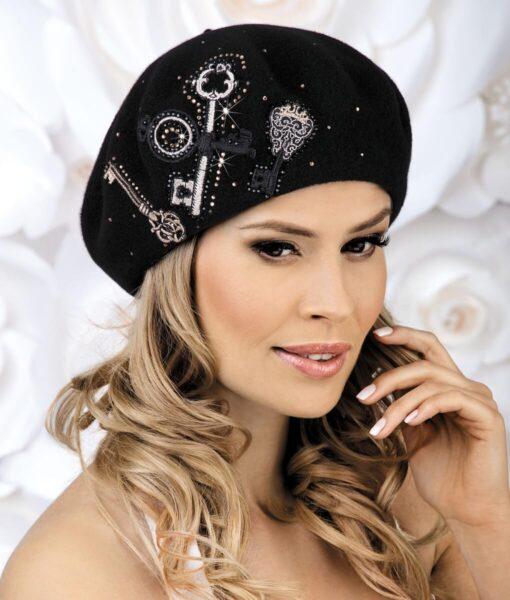 Caciula de dama tip bereta Elentama este conceputa pentru femeile care apreciaza stilul vestimentar frantuzesc.Broderia sub forma unor chei realizate cu fir lame are un impact vizual deosebit si este completata cu strasuri asortate