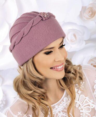 Caciula de dama eleganta Rikki are un model deosebit, cu bordura lata terminata cu panglici de tricot rasucite. Atrage atentia prin ornamentul central sub forma unei aplicatii de strasuri de diverse forme si prin cusaturile decorative