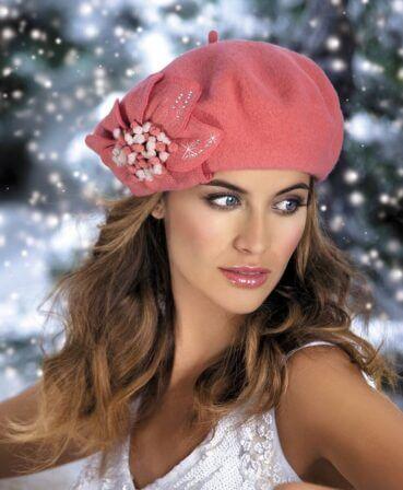 Caciula de dama stil bereta Anfisa impresioneaza de la prima privire, imbinand cu succes croiala clasica cu detaliile cochete. Decorul principal este reprezentat de aplicatia florala asemanatoare unui crin cu petale de tricot si strasuri
