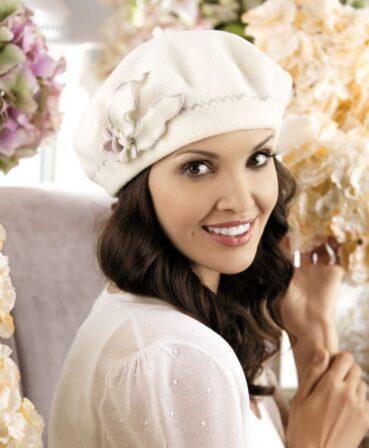 Caciula de dama tip bereta Blanka imbina cu succes croiala clasica, consacrata de moda frantuzeasca, cu detaliile rafinate. Este accesorizata in lateral cu o floare stilizata ale carei petale au tiv contastant in aceeasi nuanta cu cea a cusaturii decorative in zig-zag