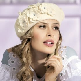 Caciula de dama stil bereta Delmira este inspirata din moda pariziana unde beretele sunt considerate accesoriul must-have. Caracterul romantic este dat de aplicatia bogata de flori ce au in mijloc un stras care irizeaza in razele de lumina.