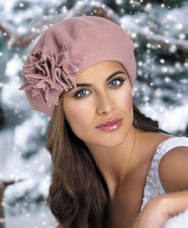 Caciula de dama stil bereta Inessa are un usor iz parizian sicucereste de la prima privire, imbinand cu succes croiala clasica cu detaliile cochete. Decorul principal este reprezentat de aplicatia florala remarcabila realizata din tricot cu strasuri discrete