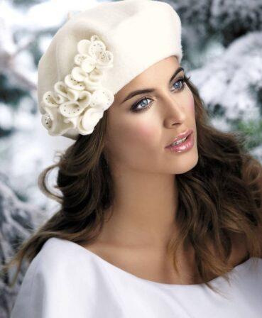 Caciula de dama stil bereta Iviona are un usor iz parizian sicucereste de la prima privire datorita accesorizarii cochete. Decorul principal este reprezentat de aplicatia florala remarcabila realizata sub forma unui manunchi de petale cu strasuri