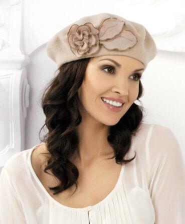 Caciula de dama stil bereta Liza are un usor iz parizian sicucereste de la prima privire datorita accesorizarii chic. Trandafirul stilizat din tricot cu tiv in nuanta contrastanta ii confera un aer romantic si ii sporeste sarmul
