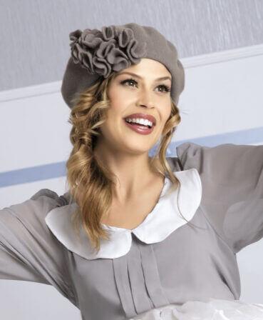 Caciula de dama stil bereta Lucy are croiala clasica si un aer romantic ce se datoreaza decorului lateral sub forma unui buchet bogat de flori stilizate din tricot