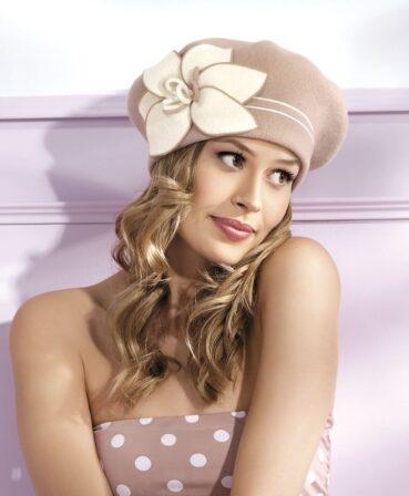 Caciula de dama stil bereta Marcelina are un usor iz parizian sicucereste de la prima privire datorita accesorizarii cochete. Decorul principal este reprezentat de un crin stilizat din tricot in nuanta contrastanta cu cea a caciulii