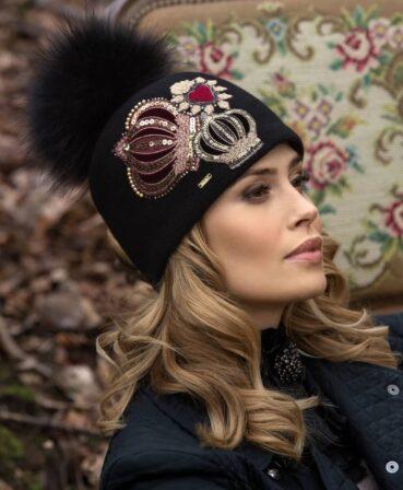 Caciula de dama cu pompon din blanita Alando impresioneaza prin broderia cu motive regale si te va ajuta sa fii o adevarata aparitie in sezonul rece.
