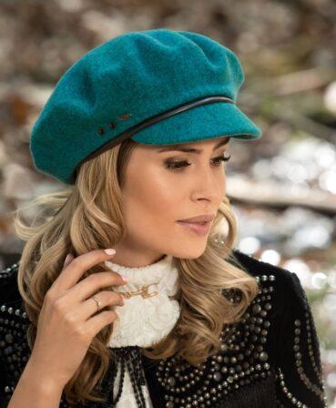 Caciula de dama tip bereta cu cozoroc Salika are croiala clasica si este prevazuta cu o insertie de piele ecologica. Potrivita pentru orice varsta.