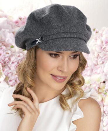 Caciula de dama tip bereta cu cozoroc Sari este o piesa cu aspect clasic ce pune in valoare tinutele de zi cu zi din sezonul de toamna-iarna. 100% Lana merinos