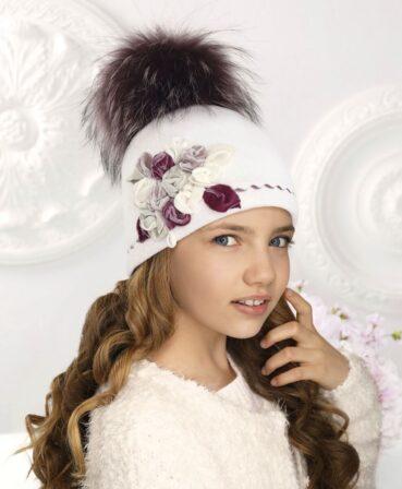 Caciula pentru fetite cu pompon din blanita Sofia beneficiaza de o accesorizare deosebita cu trandafiri din catifea in nuante pastelate. 100% Lana merinos