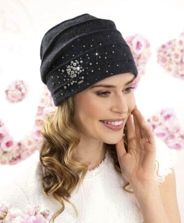 Caciula de dama Sona este o piesa deosebita cu design modern ce se remarca prin aplicatia bogata de perle metalizate si strasuri. 100% Lana merinos