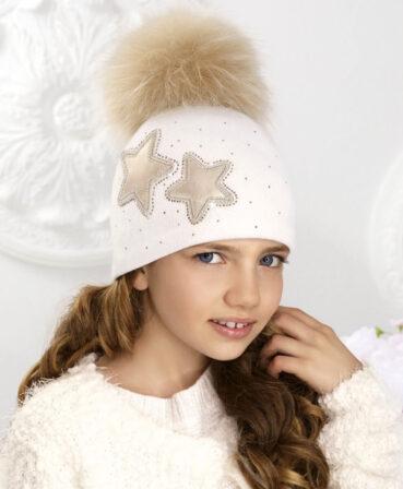 Caciula pentru fetite cu pompon din blanita Spektra este captusita cu polar si se bucura de o accesorizare superba cu stelute si strasuri. 100% Lana merinos