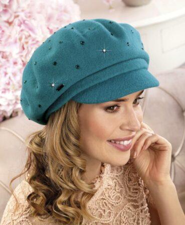 Caciula de dama tip bereta cu cozoroc Szarima are ca element de impact accesorizarea bogata cu numeroase strasuri asortate aplicate pe toata suprafata.