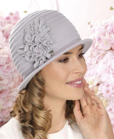 Caciula de dama stil palarie Tinesa are croiala clasica si bor ingust. Cusaturile decorative discrete si ornamentul de inspiratie florala imprima eleganta.