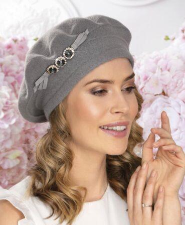Caciula de dama stil bereta eleganta Tiranot are croiala clasica si se remarca datorita ornamentului deosebit cu cristale si strasuri. 100% Lana merinos
