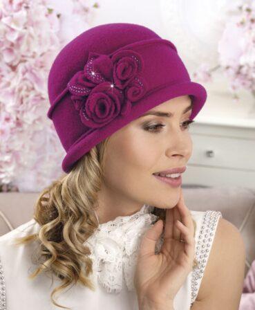 Caciula de dama stil palarie Vala este practica si eleganta si se bucura de un decor cu bun-gust, de inspiratie florala, completat cu strasuri discrete.