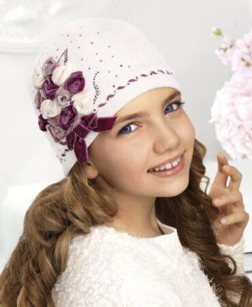 Caciula pentru fetite Vaselina este realizata din tricot de lana merinos si captusita cu polar. Impresioneaza prin decorul cu trandafiri de catifea si strasuri.