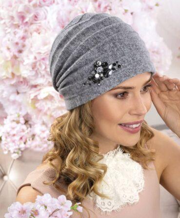 Caciula de dama Viana are aspect modern dat de pliurile decorative prinse spre spate si este accesorizata cu cristale, margele, strasuri si mici perle.