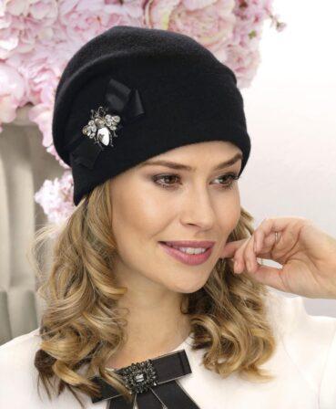 Caciula de dama Viennir este un accesoriu premium cu aspect modern. Elementul decorativ cu brosa din lateral imprima o nota eleganta. Captusita cu polar.