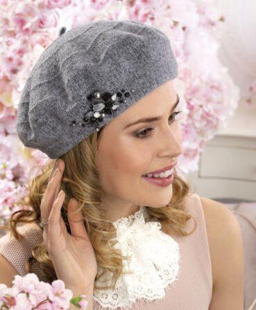 Caciula de dama tip bereta Vista are un aspect sofisticat dat de aplicatia decorativa compusa din cristale, perle, strasuri si margele. Captusita cu polar.