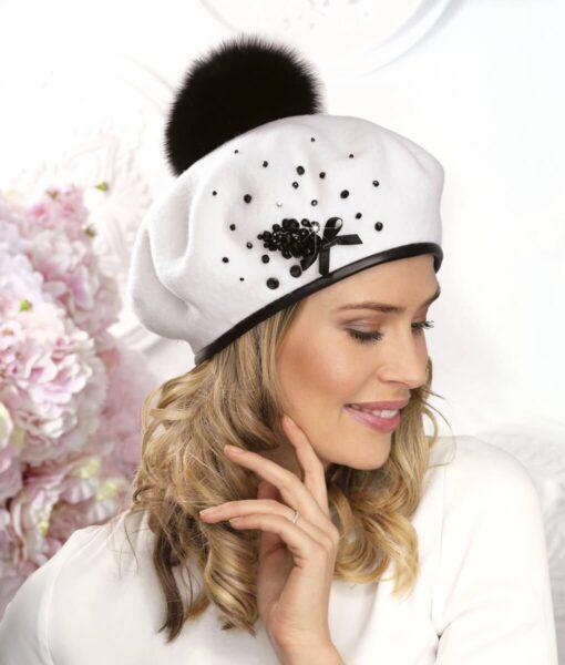 Caciula de dama tip bereta cu pompon din blanita Wila se bucura de finisaje impecabile, materiale premium si accesorizare deosebita cu margele si fundita.